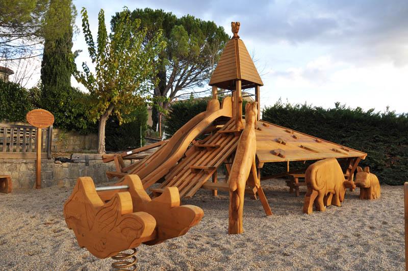 Aire de jeux avec sculptures en bois et ferme pour jardin for Site de jardinage